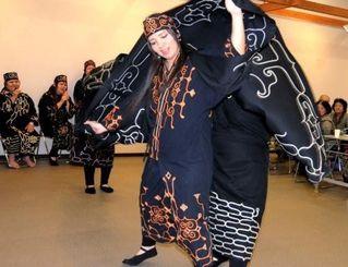 アイヌと沖縄の踊りや歌で交流した「アイヌ古式舞踊公演」=15日、南風原文化センター
