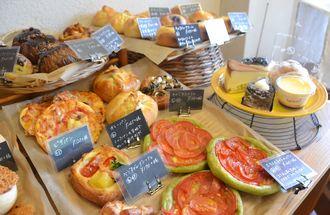 県内のホテルなどで腕を磨いた宮里敏信さんが作る、色よく焼き上がったパンやケーキ=西原町上原