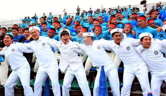 伝統のセーラー服まとい、決勝点に湧く沖縄水産の応援団=6日、コザしんきんスタジアム