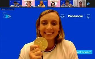 金メダルを手に中学・高校生とのオンライン取材に応じるケイティ・レデッキーさん=1日