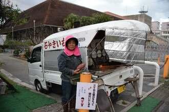 旧那覇市民会館のそばで焼き芋を販売し続けてきた知念美佐子さん=28日