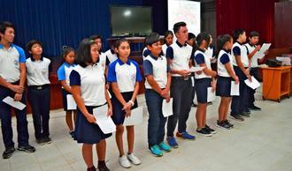 ウチナーンチュ大会に参加したことなどを報告する第一日ボ校ヌエバ・エスペランサ校の中学生たち=ボリビア・オキナワ第1移住
