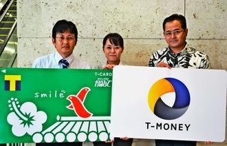 「Tマネー」のサービス導入をPRした仲松吉治常務(右)ら=5日、沖縄タイムス社