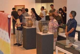 国画会草創期の作家たちの作品などが並ぶ「国展工芸沖縄展」が開幕した=13日、那覇市の県立博物館・美術館