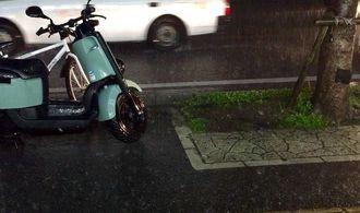 激しい雨が降る那覇市内=8日午後9時過ぎ