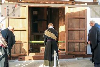 開かれた東塔初層の扉=1日午前、奈良市の薬師寺