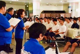 沖縄戦体験を基にした朗読劇に聞き入る修学旅行の高校生たち=17日、名護市・ホテルリゾネックス名護