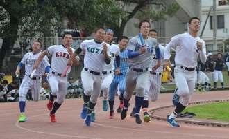 1800メートルリレーで力走する選手たち=宜野湾市立グラウンド