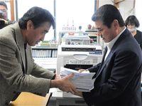 城辺の学校統合で住民投票求め 2237人の署名提出 沖縄・宮古島