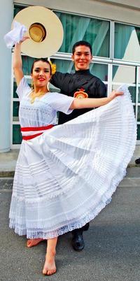 沖縄の人気歌手を父に持つ女性、夫婦で見せる華麗なダンス
