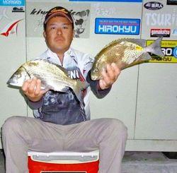 16日、泡瀬漁港で37・5センチのチヌやカーエーなど数釣りした安里秀樹さん。餌はオキアミ