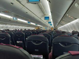 那覇空港に着陸直後の機内の様子=午後0時半