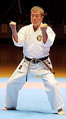 沖縄伝統空手儀式で型を披露する平良慶孝氏(松林流)