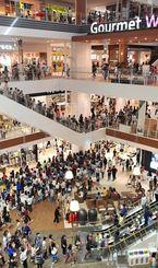 オープン初日から大勢の買い物客でにぎわうイオンモール沖縄ライカム=25日午前、北中城村