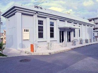 国の登録記念物に登録される県鉄道与那原駅跡。現在の駅舎は復元されたもので、当時の柱の根元が並んでいる=与那原町与那原
