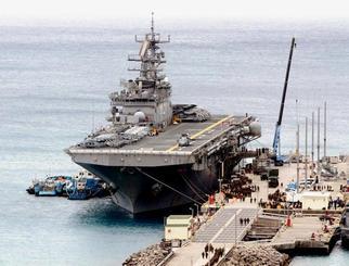 寄港した強襲揚陸艦ボノム・リシャール。ヘリを搭載し、物資などを積む様子が確認された=1日午前11時54分、うるま市勝連・米軍ホワイトビーチ(読者提供)