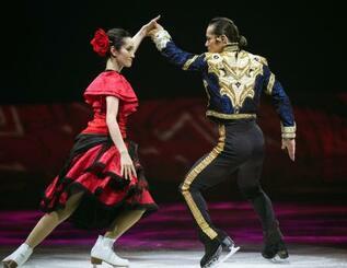 アイスショーで演技する高橋大輔(右)と荒川静香=横浜アリーナ