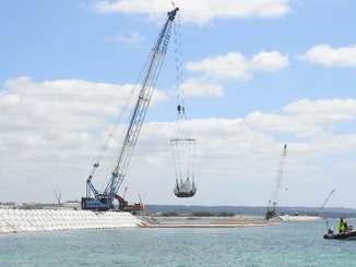 砕石投下が進む米軍キャンプ・シュワブ沖の「K4」護岸建設=24日、名護市辺野古