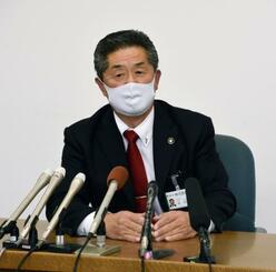 補正予算案の否決後、報道陣の取材に応じる兵庫県丹波市の林時彦市長=19日午後、丹波市役所