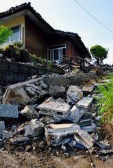震度7の地震で崩れたブロック塀=4月20日、熊本県西原村(比嘉太一撮影)