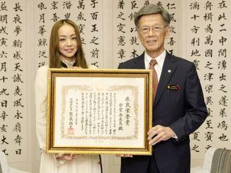 翁長雄志知事(右)から県民栄誉賞の表彰状を手渡された安室奈美恵さん=5月23日、沖縄県庁