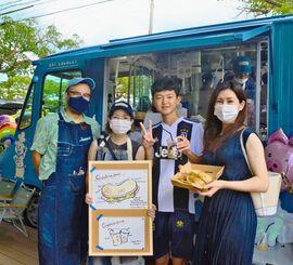 キッチンカー「Kinner's」を初出店した喜納農場の喜納忍さん(左から2人目)=12日、中城村