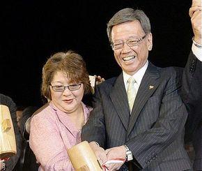 知事選で当選を決め、翁長雄志さん(右)と鏡開きする妻の樹子さん=2014年11月16日