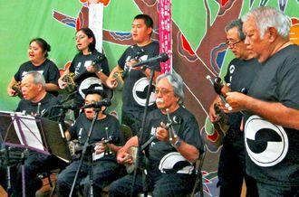 北米沖縄県人会館のイベントで演奏するカイル・ヤマオカさん(後列中央)
