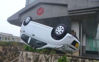 強風にあおられて横転した軽自動車=8日午前、沖縄県八重山合同庁舎