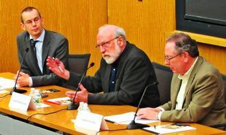ハーバード大学で開催された映画「沖縄 うりずんの雨」の上映会で米市民の責任を問い、行動を呼び掛けるジャン・ユンカーマン監督=4日、米マサチューセッツ州ケンブリッジ市内