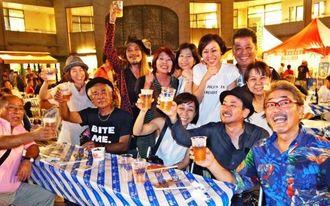 オリオンビールで乾杯する来場者ら=7日、台北市