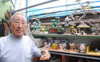 「みんなにも見せたい」と貝殻の小物作りの魅力を語る平良好功さん=23日、浦添市仲西の自宅