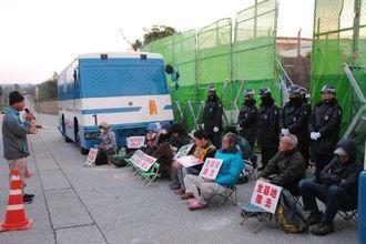 米軍キャンプ・シュワブゲート前で新基地建設に反対し座り込む市民ら=10日、名護市辺野古