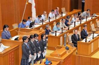 玉城デニー知事らに質問する西原高校の生徒たち=7日、県議会