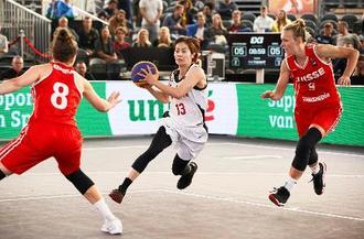 スイス戦でプレーする伊集(中央)=アムステルダム(日本バスケットボール協会提供・共同)