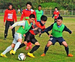 新体制になり、初めての練習に汗を流すFC琉球の選手たち=具志頭運動公園陸上競技場