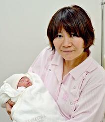 花菜ちゃんが誕生し「無事に会えてうれしい」と話す與那覇ひとみさん