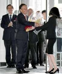 初登庁し、職員から花束を受ける玉城デニー新知事=4日午前10時14分、県庁(田嶋正雄撮影)