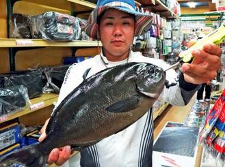 那覇一文字で43.5センチ、1.3キロの尾長グレを釣った志喜屋孝光さん=7日