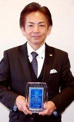 宿泊アンケートで総合1位を受賞したOkinawa Spa Resort EXESの玉城智司総支配人=22日、沖縄タイムス社