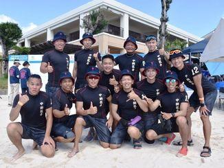 台湾から参加した「台湾C.S.Cドラゴンボートクラブ」のメンバー=8日、恩納村・ANAインターコンチネンタル万座ビーチリゾート