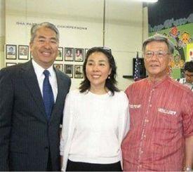 (左から)アル・ムラツチさん、博子夫人と翁長知事