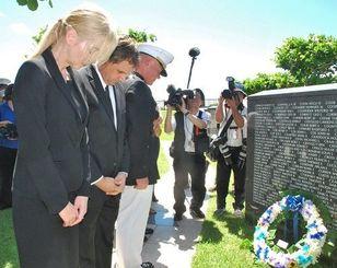 花を手向け、犠牲者を悼むローレンス・ニコルソン四軍調整官(左から3人目)やジョエル・エレンライク駐沖縄米総領事(同2人目)ら=23日午前10時50分すぎ、糸満市摩文仁・平和祈念公園