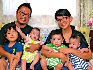 幸せいっぱいの謝花さん家族。(前列右から)三つ子の楽ちゃん、幸ちゃん、栞里ちゃん。長女の千幸ちゃん=沖縄市知花