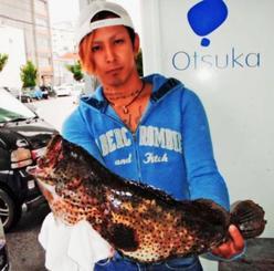 糸満海岸で54センチ、2・31キロのミーバイを釣った西江祐翔さん=1日