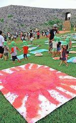 展示された作品を観賞する園児たち=読谷村・座喜味城跡