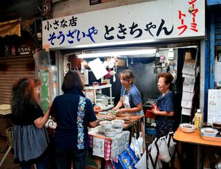常連客と談笑する親川トキ子さん(右端)=7月26日、那覇市安里・栄町市場