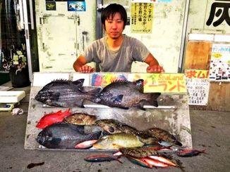 本島北部海岸で50.5センチ、2.39キロのガラサーミーバイを釣った新里信人さん=5日