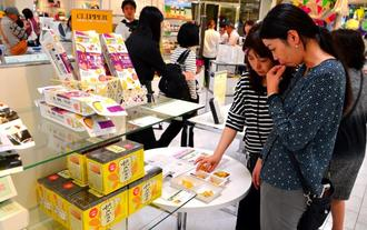 台湾商品のドライフルーツを試食する人たち=那覇市・デパートリウボウ