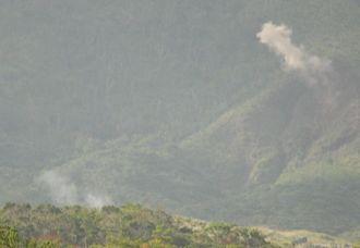 「ドンッ」という爆発音の直後に煙がのぼった米軍キャンプ・シュワブ内の久志岳付近=2012年10月、名護市辺野古